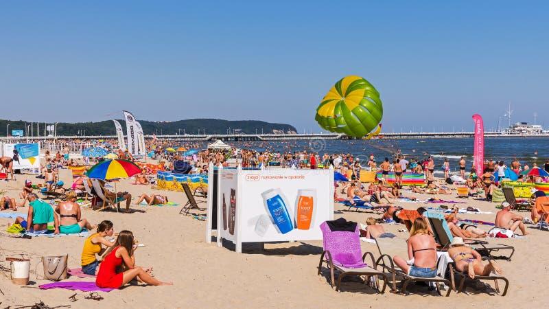 Mensen sunbath op het strand in Sopot royalty-vrije stock foto's