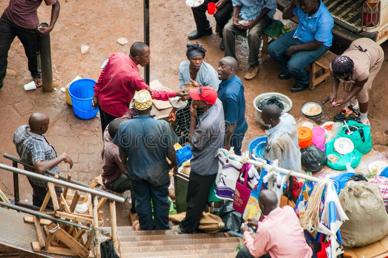 Mensen in taxipark, Kampala, Oeganda stock foto
