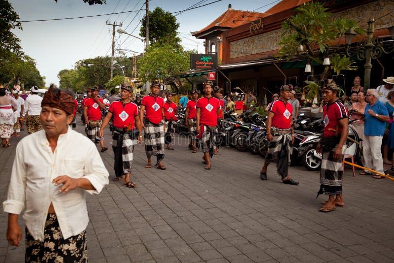 Mensen tijdens uitgevoerd Ritueel Melasti op Bali stock fotografie