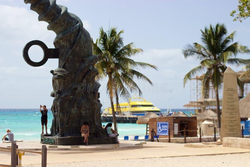 Mensen, toegankelijk strand, beeldhouwwerk, veerboot in Playa del Carmen, Mexico stock afbeeldingen