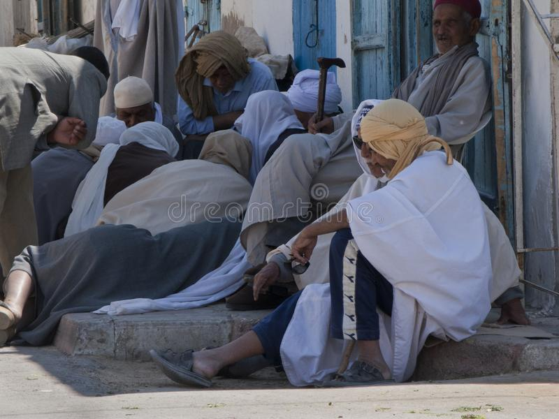 Mensen in traditionele Arabische kleding, Tunesië stock afbeelding