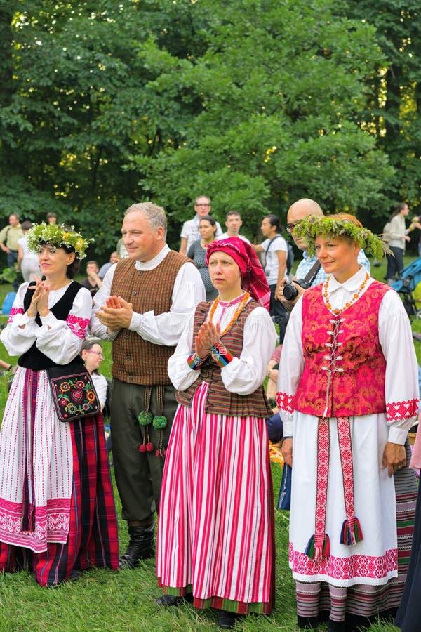 Mensen in traditionele kostuums bij de viering van het de zomerfestival stock fotografie