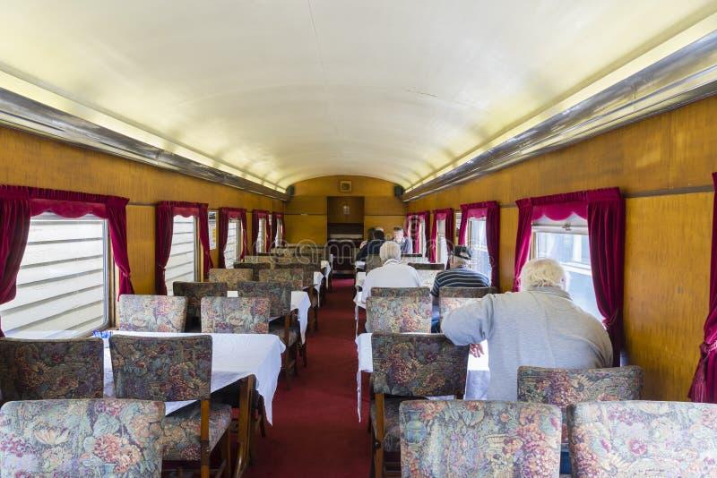 Mensen in uitstekend treinrestauratierijtuig stock afbeelding