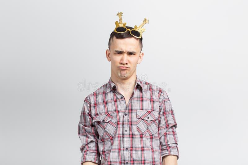 Mensen, vakantie en partijconcept - Mens met grappig gezicht in plaidoverhemd met confettien stock foto's