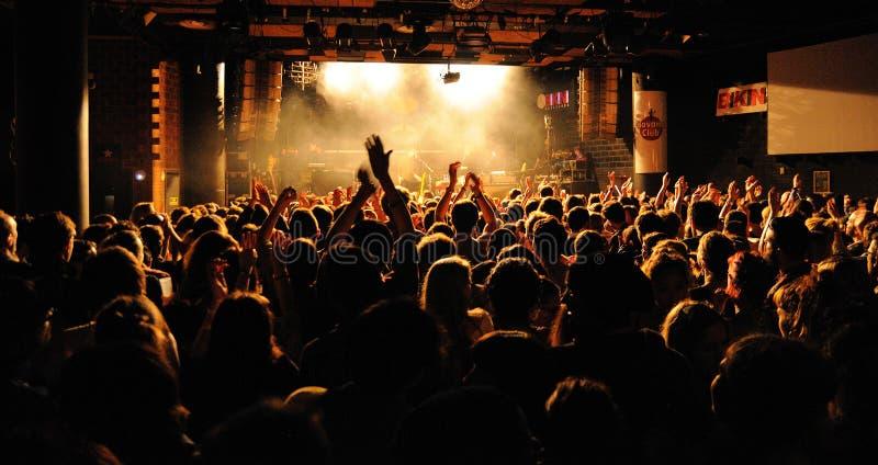 Mensen van de menigte die (ventilators) een overleg toejuichen door de Fietsclub van Bombay (band) bij Bikiniclub royalty-vrije stock foto's