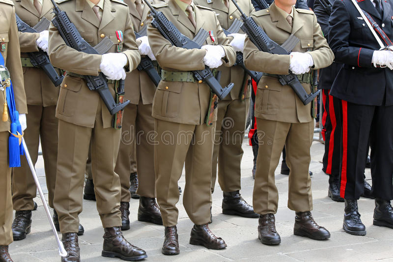 Mensen van Italiaanse Alpiene Bergtroepen tijdens het militaire pari stock fotografie