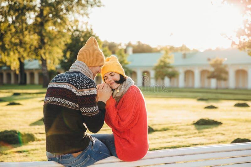 Mensen, verhoudingen, samenhorigheid en liefdeconcept De mooie vrouw sluit ogen met plezier zoals houdt vriend` s handen, hebben royalty-vrije stock fotografie