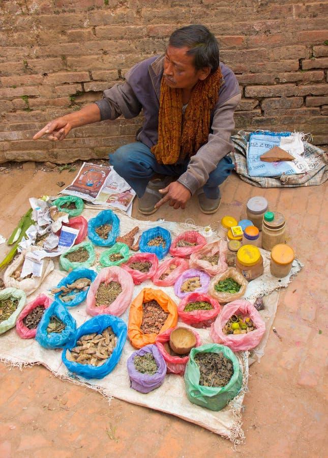 Mensen Verkopende Kruiden en Kruiden in Katmandu royalty-vrije stock foto's