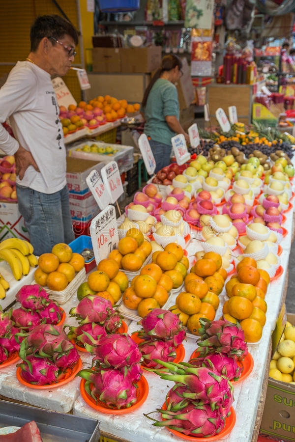 Mensen verkopende vruchten bij de straatmarkt in Tai Po, Hong Kong stock foto