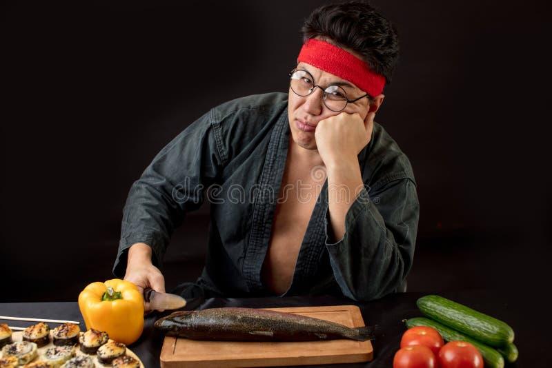 Mensen, vermoeidheidconcept Droevige mens na het koken in de keuken royalty-vrije stock afbeelding