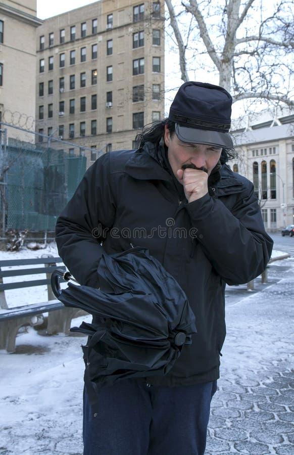 Mensen verwarmende hand met adem of het hoesten terwijl in openlucht in de winter royalty-vrije stock afbeelding