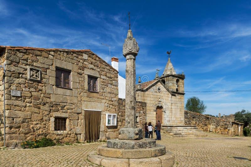 Mensen in vierkant Largo da Igeja in het historische dorp van Idanha een Velha in Portugal stock afbeeldingen