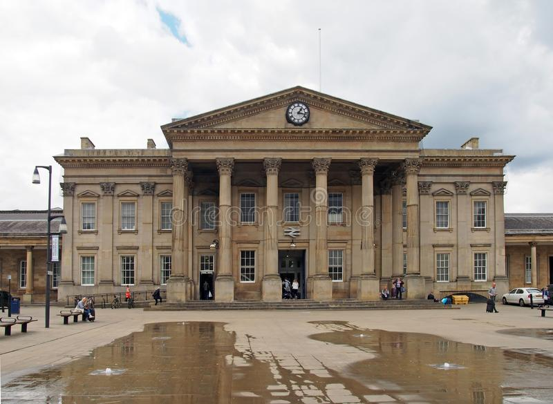 mensen in vierkante huddersfield van heilige georges voor de voorgevel van het historische victorian station stock foto's