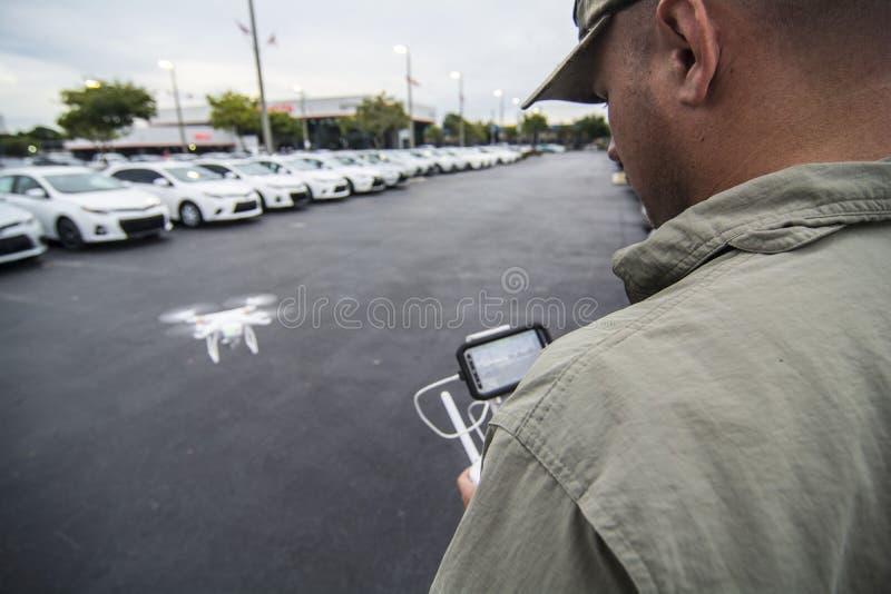 Mensen Vliegende hommel met ver GPS royalty-vrije stock afbeelding