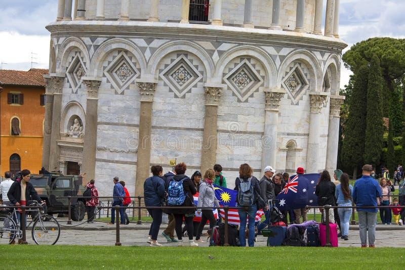 Mensen voor de Leunende Toren van Pisa, Pisa, Italië stock afbeelding