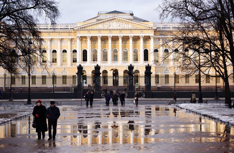 Mensen voor het Russische Museum in St. Petersburg, Rusland royalty-vrije stock foto's