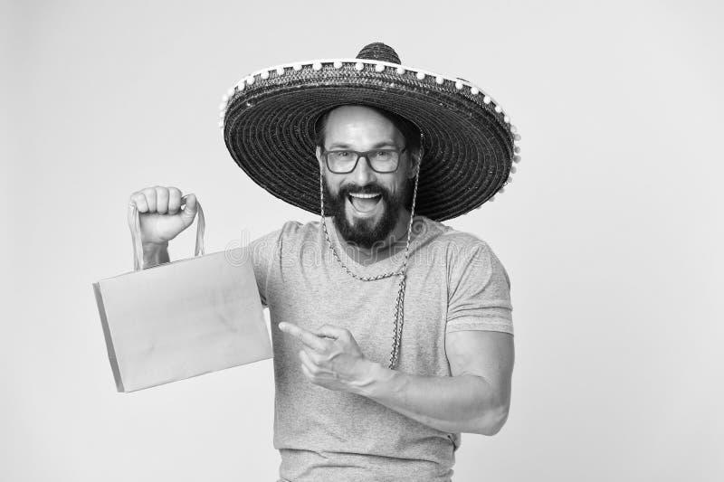 Mensen vrolijk gezicht op sombrerohoed het winkelen gele achtergrond De kerel met baard kijkt feestelijk in sombrero Fest en vaka stock fotografie