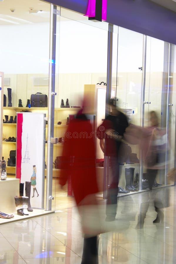 Mensen in winkelcentrum stock afbeelding