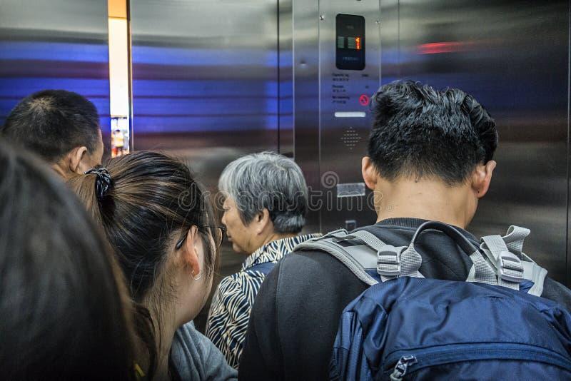 Mensen in Xinjiekou-Winkelcomplex die de lift nemen stock fotografie