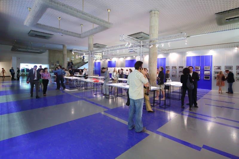 Mensen in zaal bij Internationale Tentoonstelling van Architectuur en Ontwerpboog MOSKOU royalty-vrije stock foto's