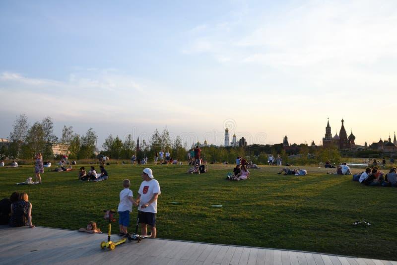 Mensen in Zaryadye-park, Moskou, Rusland stock foto's