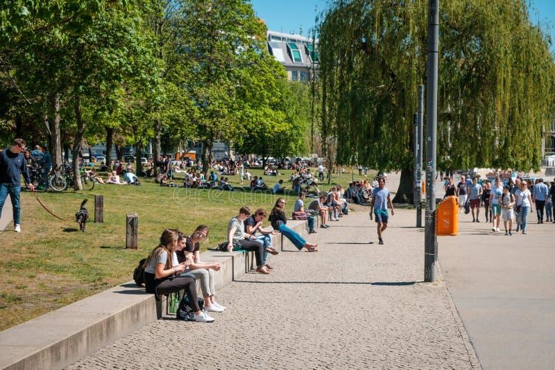 Mensen zitten openlucht op straat en in openbaar park op een de zomerdag in Berlijn stock fotografie