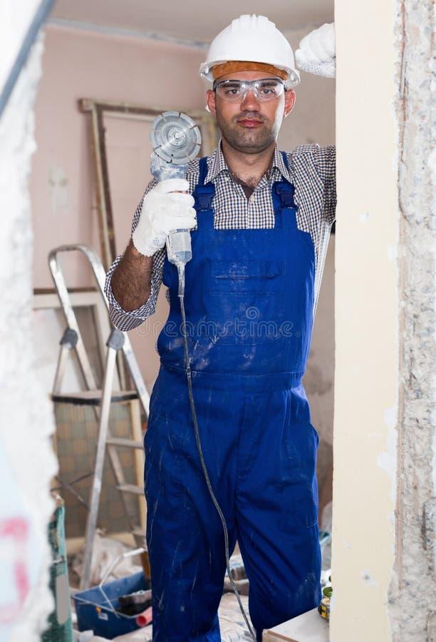 Mensenaannemer met elektrische zaag in handschoenen royalty-vrije stock foto's
