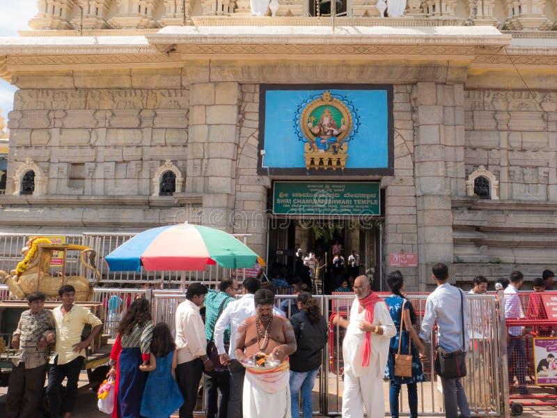 Mensenactiviteiten dichtbij de oude Chamundeshwari-Tempel bij Chamundi-Heuvels stock foto