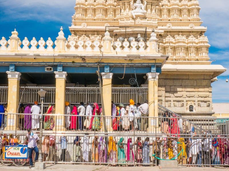 Mensenactiviteiten dichtbij de oude Chamundeshwari-Tempel bij Chamundi-Heuvels royalty-vrije stock foto