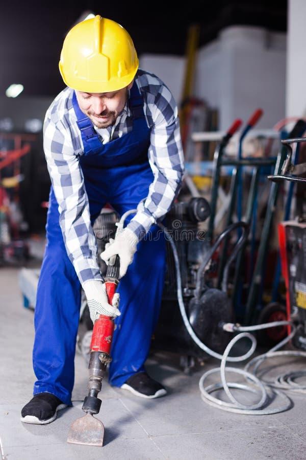 Mensenarbeider die jackhammer voor het werk bij de industrie gebruiken royalty-vrije stock foto's