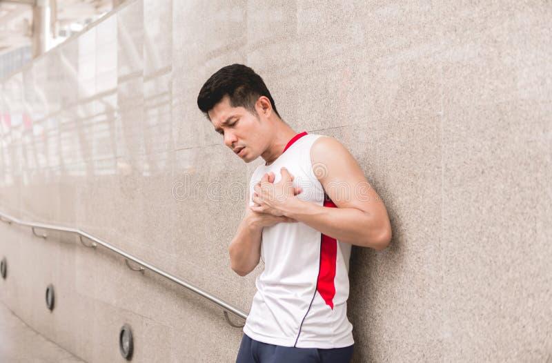 Mensenatleet met sterke borstpijn en hand wat betreft zijn borst, Hartaanvalsymptoom royalty-vrije stock foto