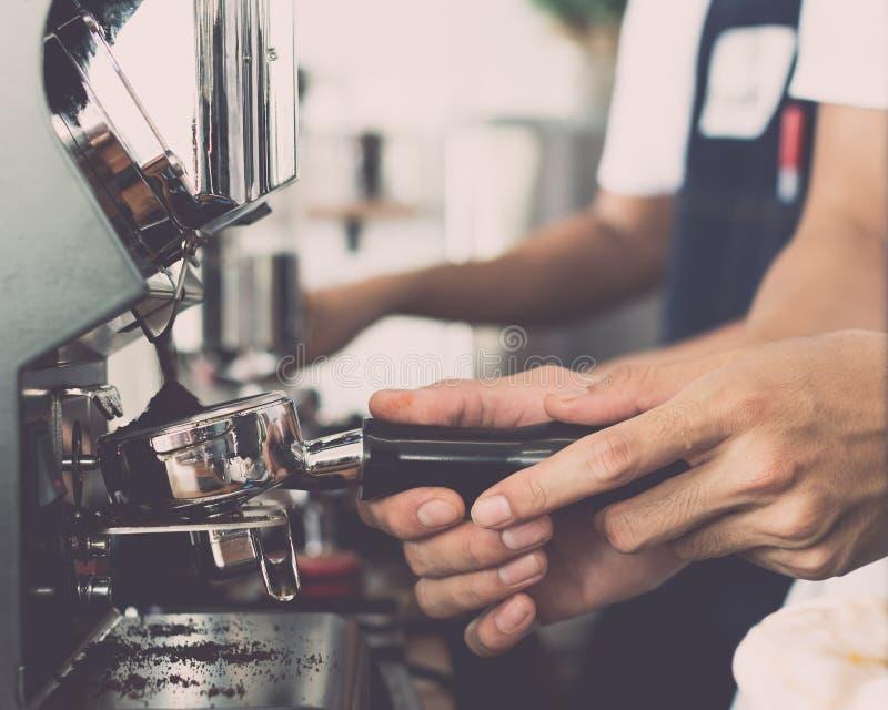 Mensenbarista gebruikend koffiemachine om koffie te maken royalty-vrije stock foto's