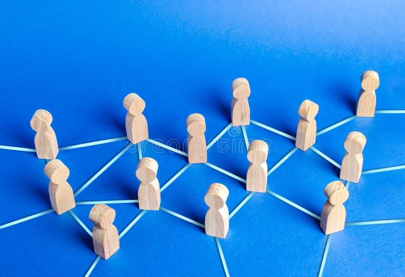 Mensenbeeldjes door blauwe lijnen worden aangesloten die Samenwerking en interactie tussen mensen en werknemers Verspreiding van  stock fotografie