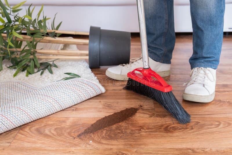 Mensenbenen met vloer van het bezem de schoonmakende parket thuis stock afbeeldingen