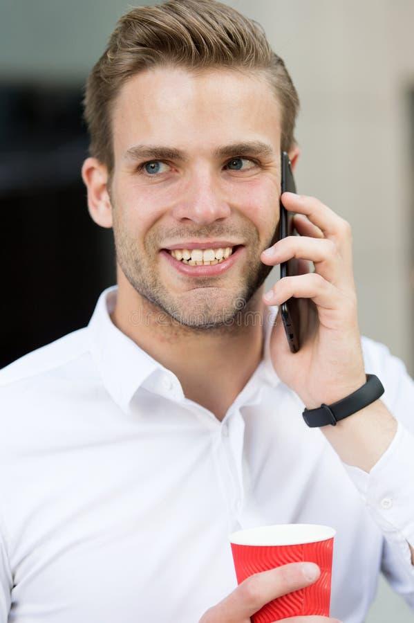 Mensenbespreking op mobiele telefoon met koffiekop Gelukkige Zakenman Verbonden het blijven Ceo die in openlucht voor digitaal we stock foto