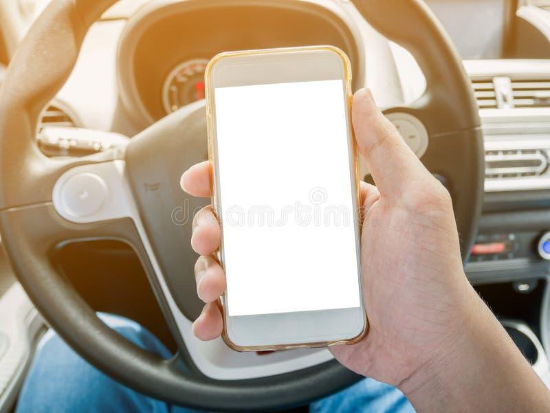 Mensenbestuurder die slimme telefoon in auto met behulp van royalty-vrije stock foto's