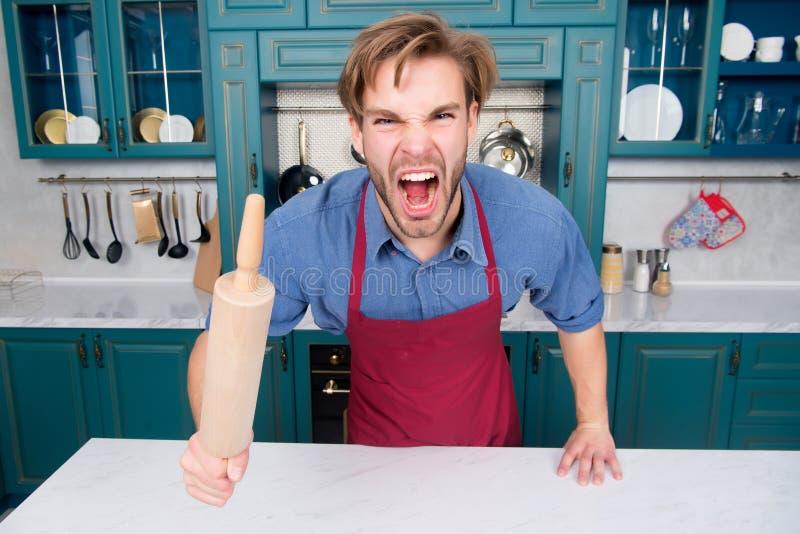 Mensenchef-kok in schortschreeuw met woede met deegrol royalty-vrije stock afbeeldingen