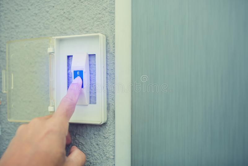 Mensenduw de witte uitgangsknoop op elektronisch paneel de uitgangsknoop van de personeelsduw om deur te openen stock foto's
