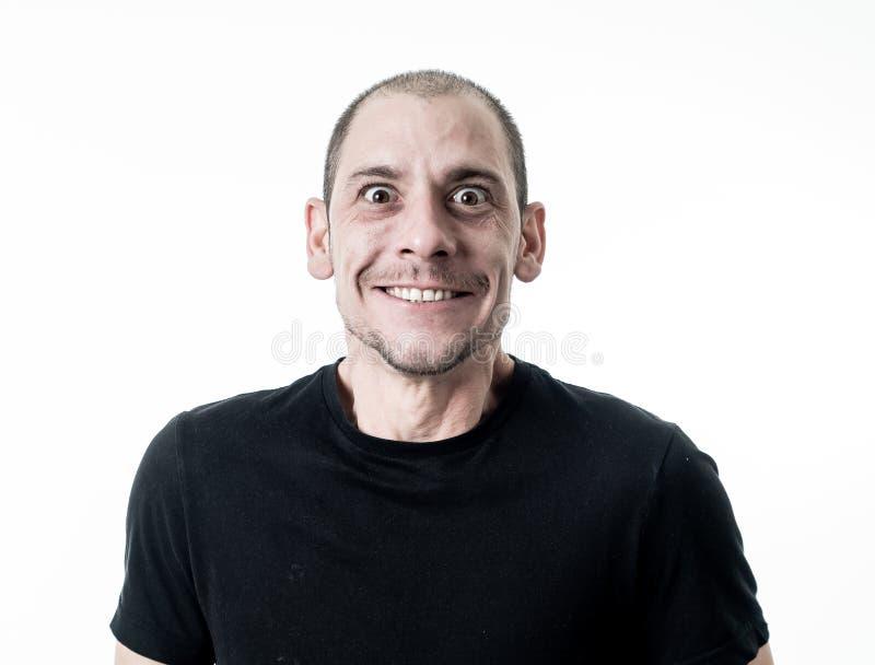 Mensenemoties en gelaatsuitdrukkingen Portret van de grappige jonge mens met grappig gek gelukkig gezicht stock fotografie