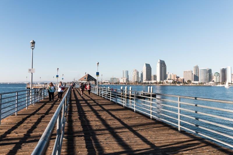 Mensengang op het Dok/Pijler die van Coronado-Veerboot met Meningen van San Diego de landen royalty-vrije stock afbeeldingen