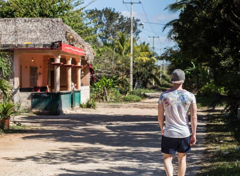 Mensengangen op een de zomerdag in een tropische wildernis royalty-vrije stock foto