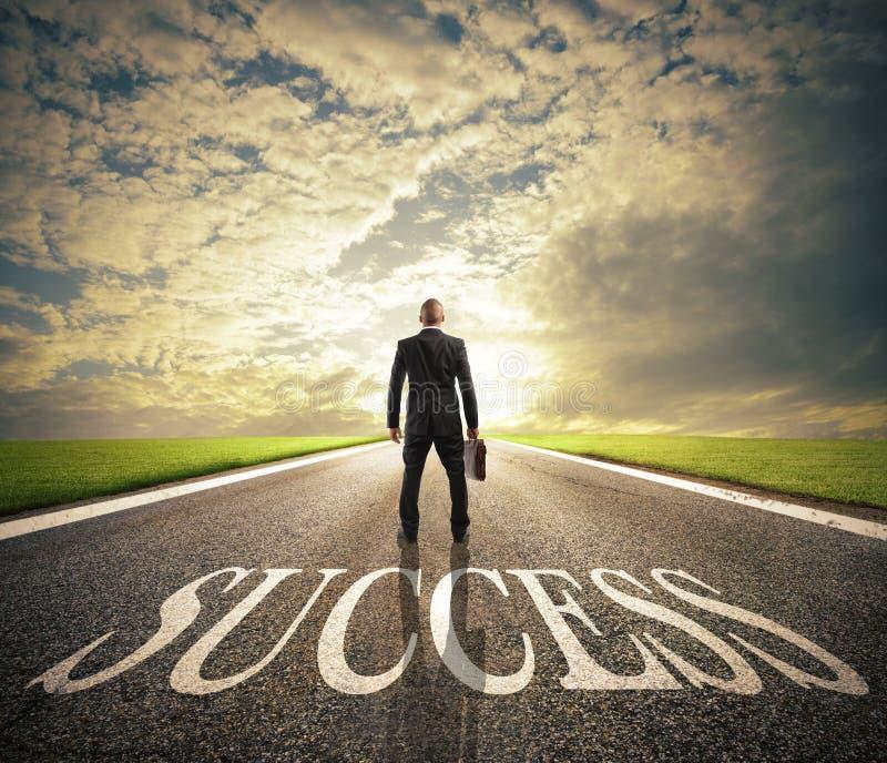 Mensengangen op een succesmanier Concept succesvol zakenman en bedrijfopstarten stock fotografie