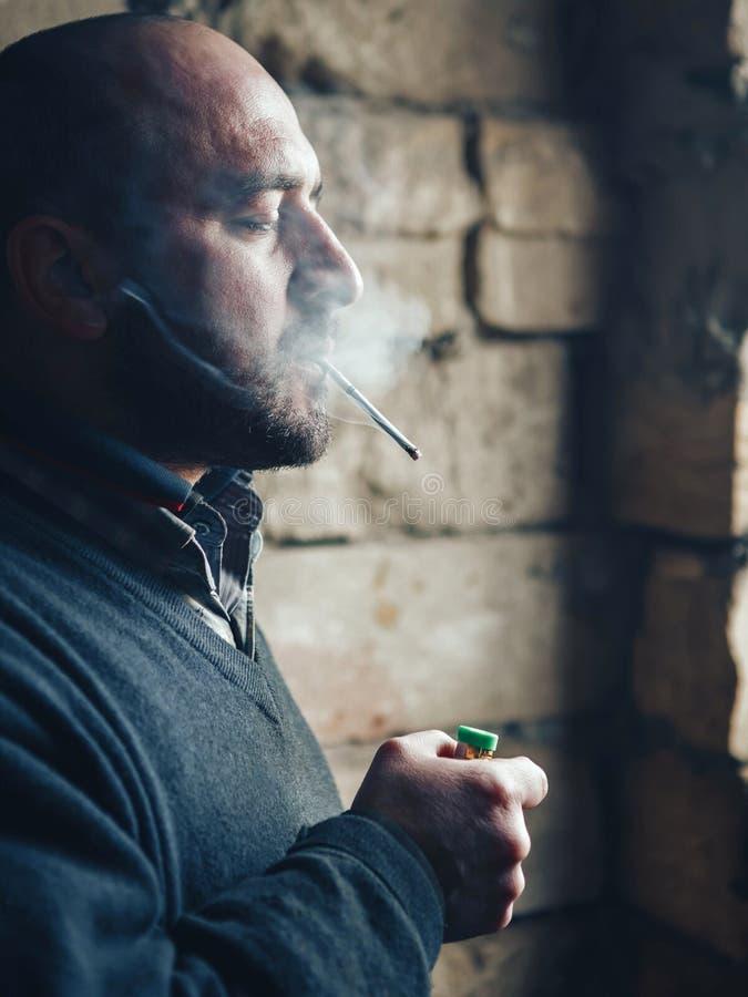 Mensengevangene die een sigaret roken stock afbeeldingen
