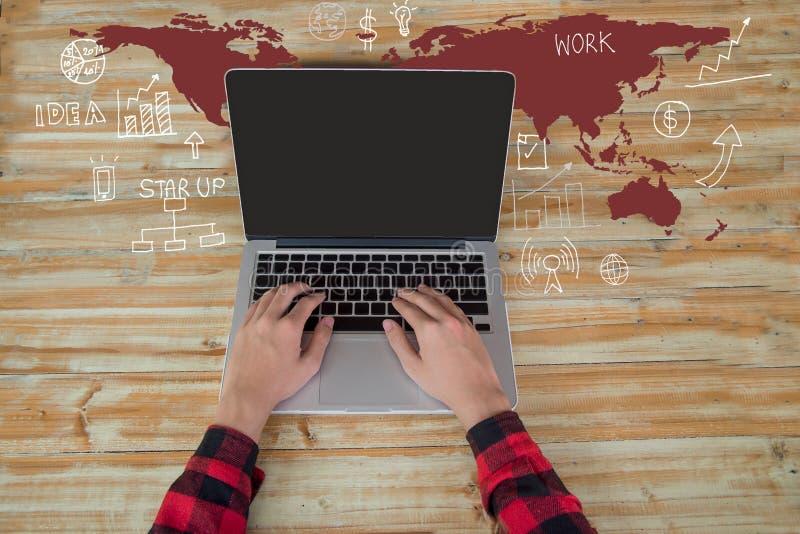 Mensenhand die aan laptop computertoetsenbord werken met lege het schermmonitor met de de grafieken en de grafiekenzaken van de k stock fotografie