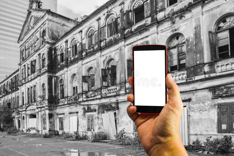 Mensenhand die de telefoon en het witte scherm met onduidelijk beeldzwarte houden & wh royalty-vrije stock afbeelding