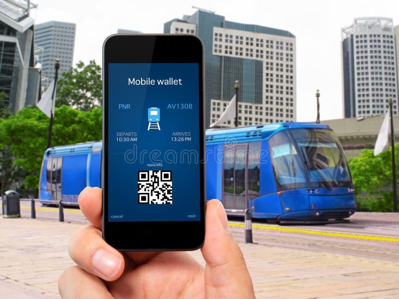 Mensenhand die de telefoon met een mobiel portefeuille en treinkaartje houden royalty-vrije stock afbeelding