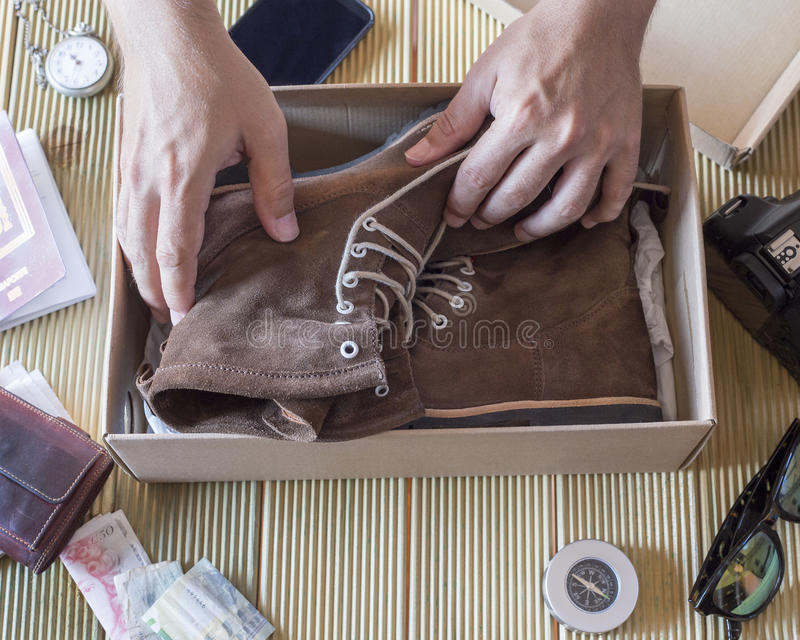 Mensenhand die een paar DE boots van de doos houden royalty-vrije stock foto's