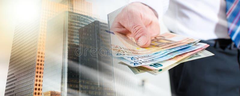 Mensenhand die euro nota's houden; veelvoudige blootstelling stock fotografie