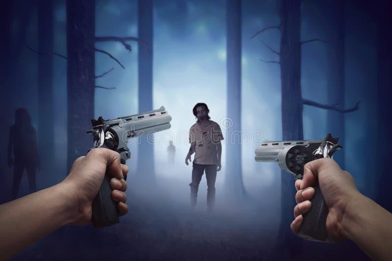 Mensenhand die kanon twee houden en klaar aan het schieten van lopende zombie royalty-vrije stock afbeeldingen