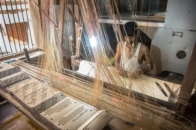 Mensenhand die traditionele Sari in een oude stoffenfabriek maken stock foto's